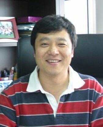 Hongkui Deng, professor ved Peking University, mener den nye studien viser at det kan være trygt å endre på stamceller før de blir gitt til pasienter. (Foto: Peking University)