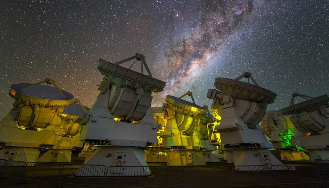 ALMA-teleskopet er sett saman av 66 radioantenner. Dei står høgt oppe i den tørre lufta i Atacama-ørkenen i Chile og som eitt gigantisk auge kan dei «kikke» langt ut i verdsrommet. (Foto: ESO)