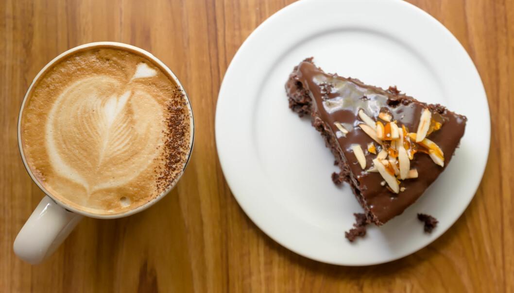 Kaffe og sjokolade deler den samme dominerende kjemiske forbindelsen, det er årsaken til at vi liker kombinasjonen så godt. (Foto: Colourbox)