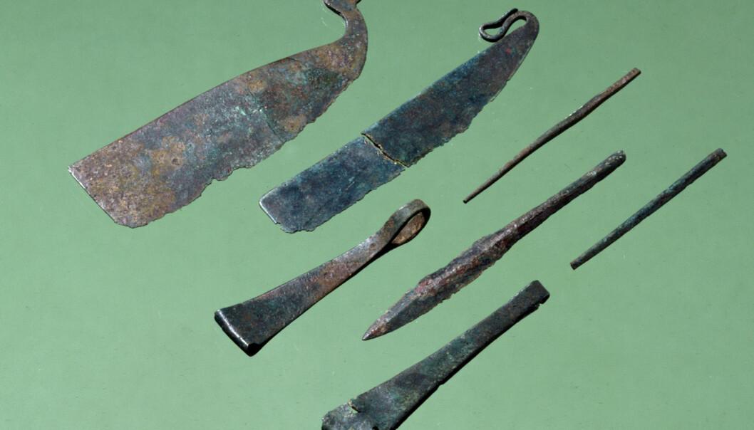 Mange menn ble begravet med toalettsaker i yngre bronsealder. Barberkniver og pinsetter av bronse er funnet på Fyn i Danmark. (Foto: Nationalmuseet i Danmark)