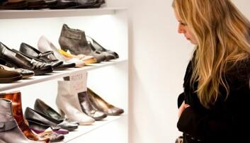 Selv om skoene frister, kan du gjøre lurt i å utsette kjøpet til etter lønning. Da vil du bli mer fornøyd med dem, ifølge ny studie.  (Illustrasjonsfoto: Colourbox)