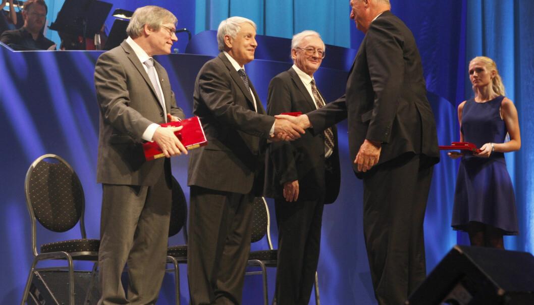 Linde var i Oslo for å motta Kavliprisen i astrofysikk sammen med Alan Guth og Aleksej Starobinskij for teorien om universets første øyeblikk. Her tar Linde Kong Harald i hånda. (Foto: NTB Scanpix)