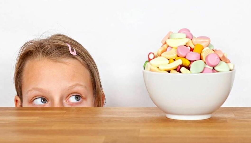 Selvregulering handler blant annet om å styre trangen til å handle impulsivt eller å motstå fristelser. I en ny studie fra Læringsmiljøsenteret viser det seg at jenter er bedre til å regulere seg selv enn gutter. Forskerne tror det handler om at gutter ikke får den samme stimuleringen som trengs som det jentene får.  (Foto: Scanpix)