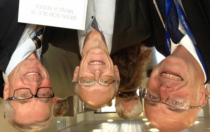 Fra feiringen av HUNT 30 år. Selfie med tidligere daglig leder, Jostein Holmen (i midten), og nåværende daglig leder, Steinar Krokstad, ved HUNT forskningssenter. (Foto: privat)