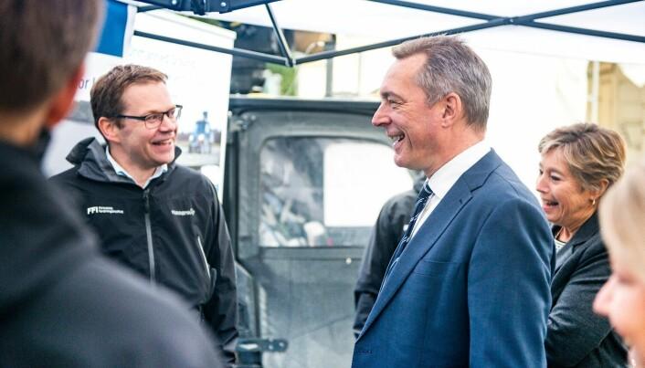 Forskningssjef André Pettersen (til venstre) viser frem FFIs testbil Olav for forsvarsminister Frank Bakke-Jensen. (Foto: Christian Tandberg,FFI)