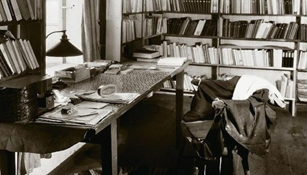 – Knausgård er som en ung Hamsun. Han mener å vite bedre. Han kritiserer den store forfatteren. Det er absolutt en parallell til fadermordet Hamsun selv begikk overfor Ibsen, sier litteraturviter Even Arntzen. Her fra Hamsuns skrivepult. (foto: Utsnitt fra bokcover Hamsuns verden)