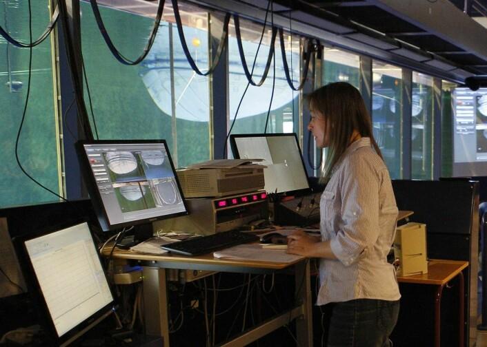 Forsker Nina Madsen følger nøye med forsøkene fra observasjonsrommet.  (Foto: Zsolt Volent, Sintef)