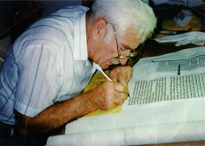 En sofer skriver en jødisk Torah. (Foto: Assis1, Wikimedia Commons)