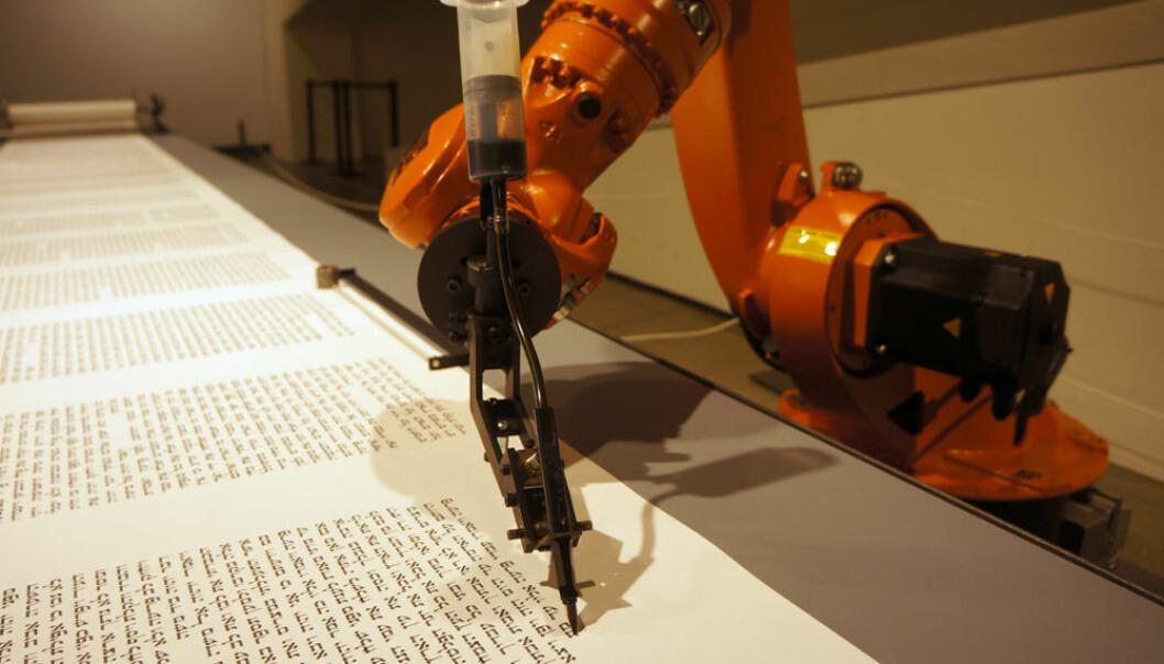 Roboten er programmert til å skrive Torah med hebraiske tegn av den tyske kunstnergruppen robotlab, i samarbeid med en grafisk designer fra Israel. (Foto: Arnfinn Christensen, forskning.no)