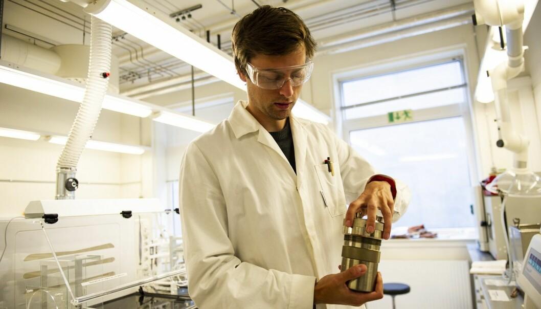 Ola Gjønnes Grendal bruker en metode som fungerer som en trykkoker for å kunne lage materiale som kan bli til kunstige bier. (Foto: Karoline Ravndal Lorentzen)