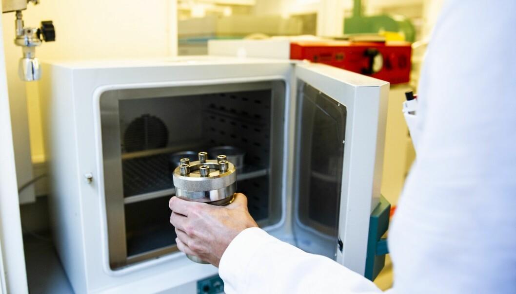 Ved hjelp av røntgenstråler kan Grendal se materialene som dannes inne i trykkokeren. (Foto: Karoline Ravndal Lorentzen)