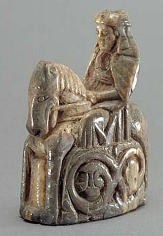 Denne sjakkdronningen er utsskjært av hvalrosselfenben og ble laget rundt år 1250. (Bilde: Sveriges Nationalmuseum i Bilder, Andreas Hasselgren)