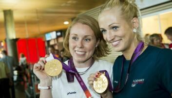 Det er håndballjentene som er heltene i Norge, og ikke gutta. Her etter OL-gullet i 2012 – Karoline Dyhre Breivang (til venstre) og Linn Jørum Sulland.  (Foto: NTB Scanpix)