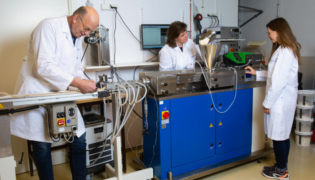 Her står forskere ved en såkalt ekstruderingsmaskin der de lager testprodukter av for eksempel ulike bønner. (Foto: Nofima)