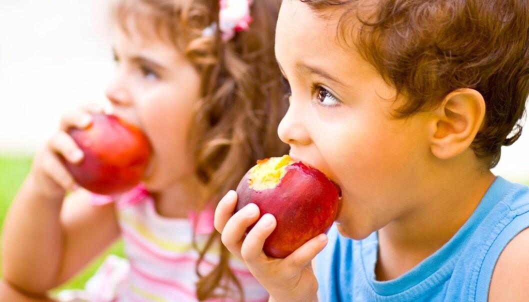 Å spise frukt og grønt kan være sunt både for kropp og sinn.  (Illustrasjonsfoto: Colourbox)