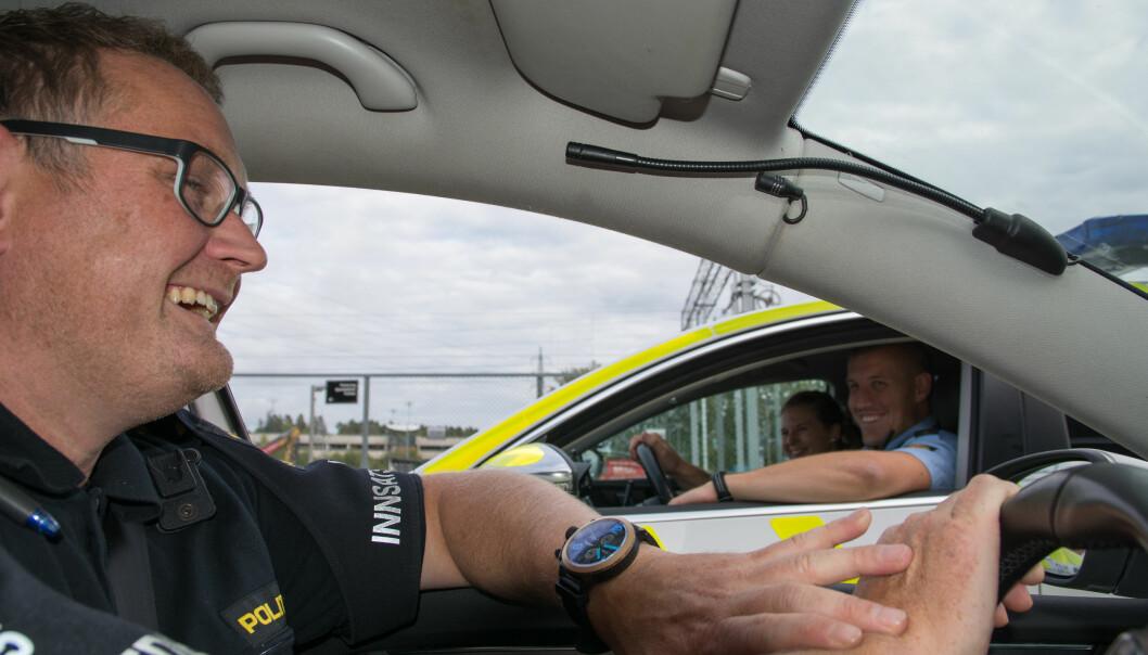 Når Ronny Samuelsen kjører politibil med kolleger, sitter latteren løst. (Foto: Ida Kvittingen, forskning.no)