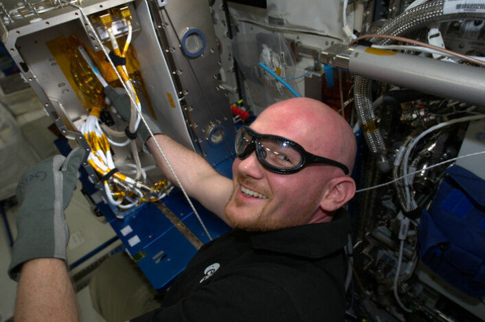 På romstasjonen er det mye som skal monteres og repareres, så astronautene må være praktisk anlagt. Her er det ESAs tyske astronaut Alexander Gerst som sager. (Foto: NASA/ESA)