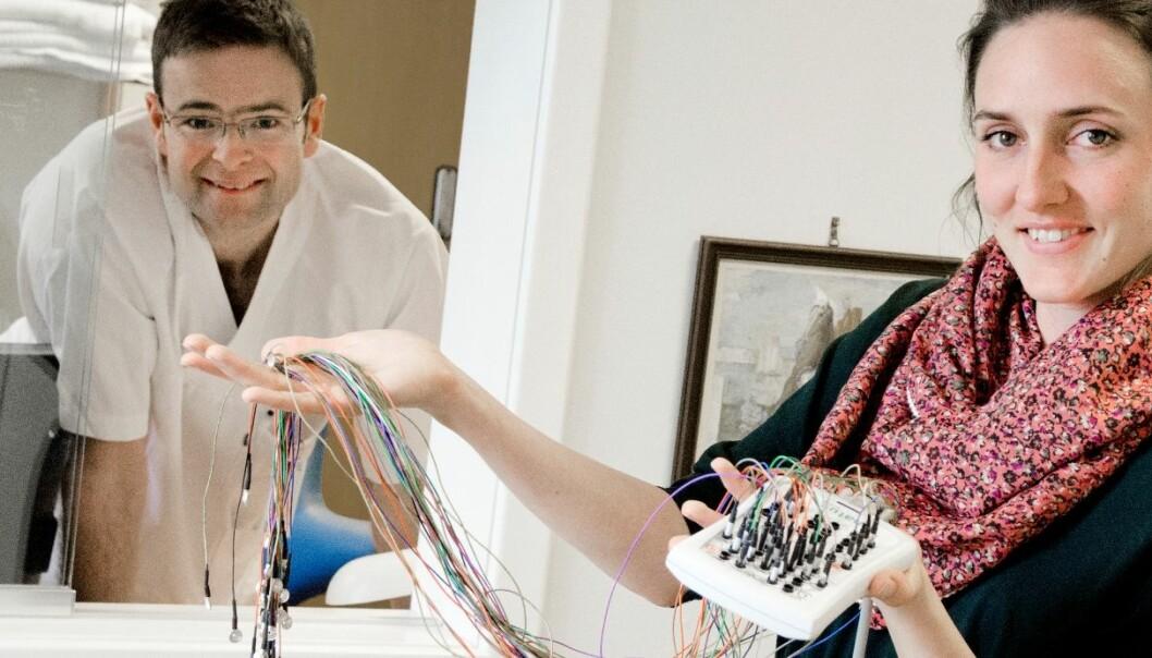 Hvordan virker skiftarbeid inn på helsen? Det er spørsmålet de arbeider med, forsker Kristian Bernard Nilsen og stipendiat Maria Raae Andersen. På bildet ser vi elektronisk spesialutstyr som brukes i forskningen.  (Foto: Ram Gupta, Oslo universitetssykehus)