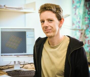 Per Harald Ninive med aluminiumsmodellen på skjermen i bakgrunnen. (Foto: Anders Gimmestad Gule, Høgskolen i Gjøvik)