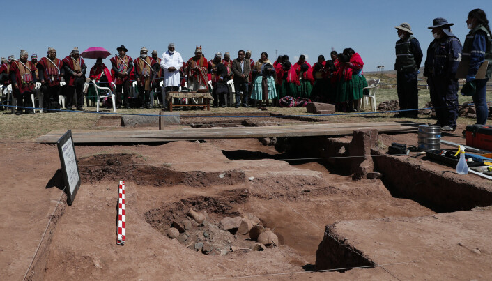 En prest ber før arbeidet med å grave ut gjenstandene som er blitt funnet ved Kalasasaya-templet i Bolivia, starter. (Foto: AP / NTB scanpix)
