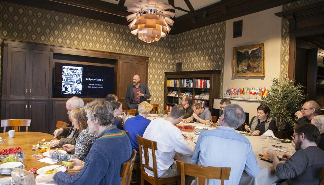 Forskerne ved senter for grunnforskning, CAS, samles hver dag til felles lunsj. Her presenterer en av fjorårets gruppeledere, Helge Jordheim, prosjektet sitt under et av senterets faste lunsjseminarer.  (Foto: Camilla K. Elmar / CAS)