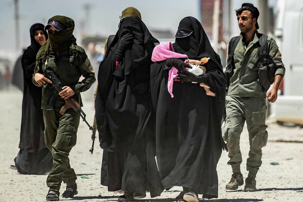 – For mange kvinner var idealisme og et brennende engasjement for å hjelpe muslimer i Syria hovedgrunner til å reise, sier Brynjar Lia, som har studert den eksisterende forskningen på kvinnene som har dratt fra Europa for å slutte seg til «den islamske staten» (IS). (Foto: Delil Souleiman, AFP, NTB Scanpix)