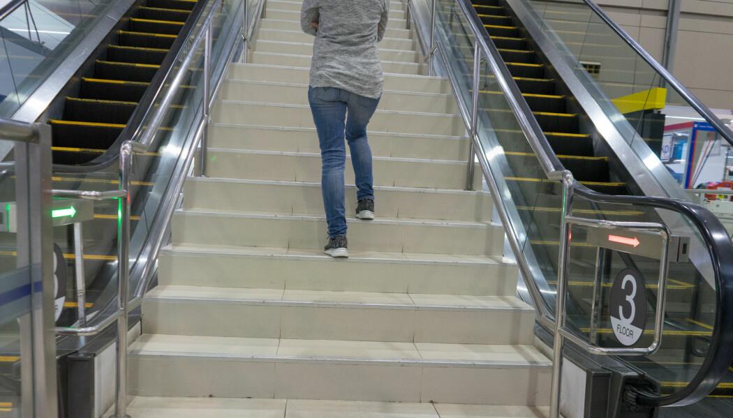 Går du i trappa i stedet for å ta rulletrappa? Det telles som helsefremmende fysisk aktivitet. Nå vil forskere at det skal komme tydeligere fram i norske retningslinjer for fysisk aktivitet. (Illustrasjonsfoto: Chun photographer / Shutterstock / NTB scanpix)