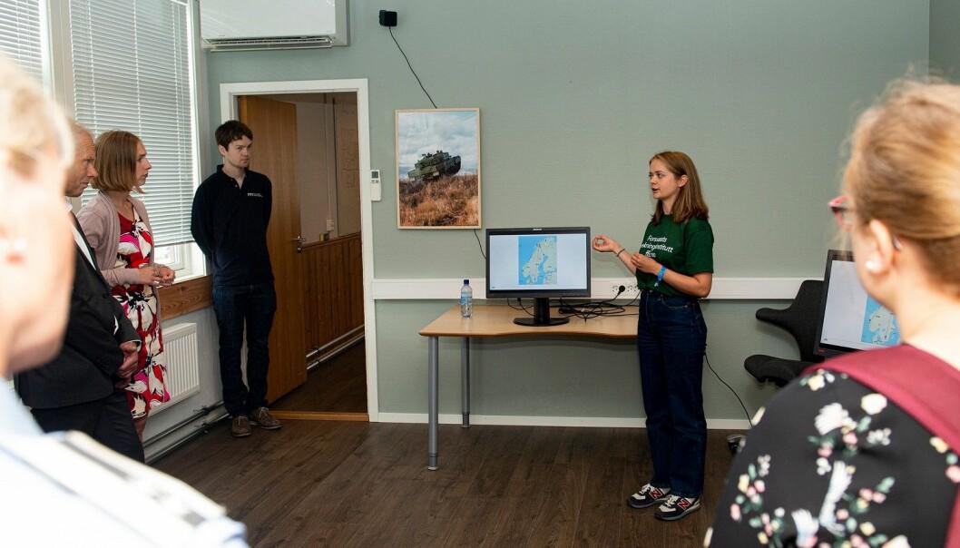 Aurora holdt foredrag om sitt prosjekt for forskningsminister Iselin Nybø og flere hundre FFI-ansatte før hun sluttet i sommerjobben og dro til USA for å studere videre. (Foto: Espen Wang-Naveen)