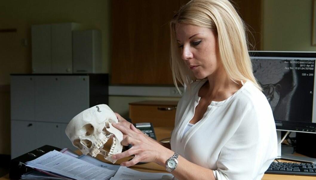Anna- Karin Abrahamsson peker på hvor problemene oppstår- i kjeveleddet. Hun har kjeveleddsdiagnostikk som sitt spesialfelt.  (Foto: Jan Unneberg, UiO/ OD)