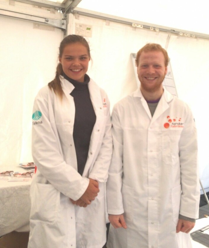 Her er Sigmund Berg sammen med kollegaen sin, Hanna Ottesen.  (Foto: Ida Linnea Magnusdal Markeset)