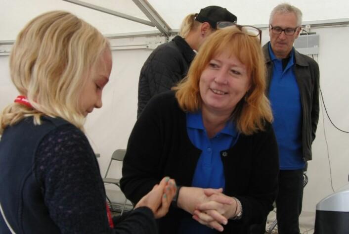 Journalistspire Tara intervjuer forsker Siri. (Foto: Nora Heyerdahl)