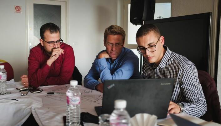 Her jobber Lasse Farstad og Johan Schreiner fra norske Eggs Design og Mahmoud Ben Ammar fra CUBIC Design i Tunisia med å sy sammen både teknologi og form på den nye ferga. (Foto utlånt fra Eggs Design)