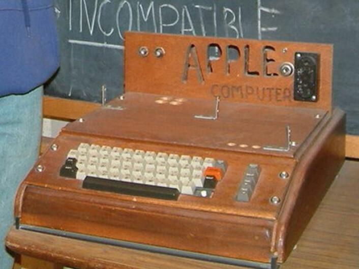 Apple I, Apples første produkt, ble solgt som byggesett. Her er det bygget inn i en trekasse, utstilt på Smithsonian Museum i Washington DC. (Foto: rebelpilot, Creative Commons Attribution-Share Alike 2.0 Generic license.)