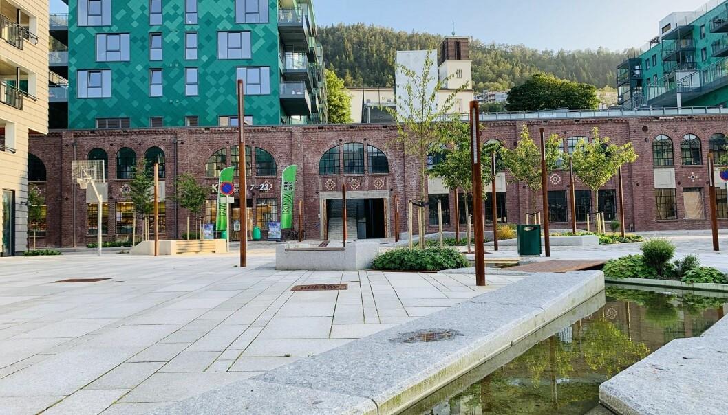 – Steder er konstant i endring, og det er interessant å se hvilke deler av fortiden som får plass i den moderne byen, sier forsker. Her fra Fløttmannsplassen i en av Bergens nyere bydeler. (Foto: NIKU)