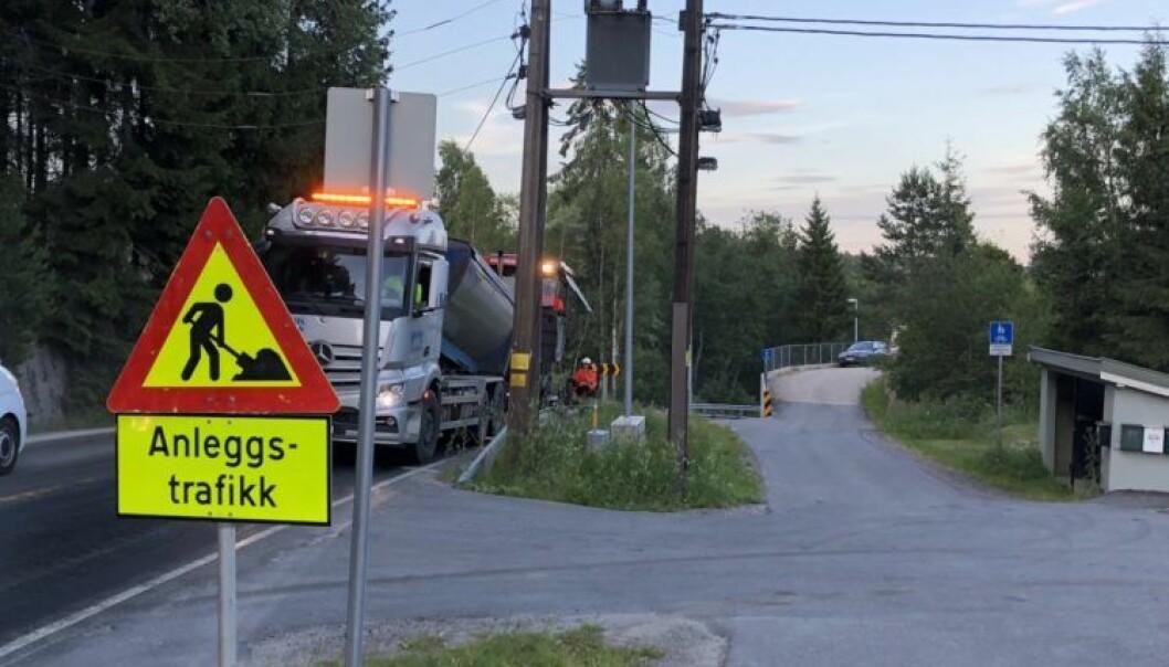 Hvis brukt asfalt behandles på riktig måte, kan den gjenbrukes i ny asfalt. I et pågående prosjekt ved Vegvesenets laboratorium i Trondheim arbeides det med å komme fram til blandinger som gir riktig kvalitet på ny asfalt. (Foto: Anne Marie Storli).