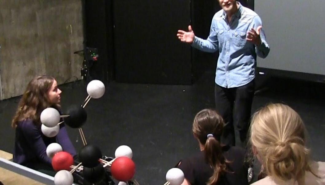 Skuespiller Mats Eldøen hjelper dokorgradsstipendiatene med forberedelse til Forsker Grand Prix. (Foto: Lasse Biørnstad)