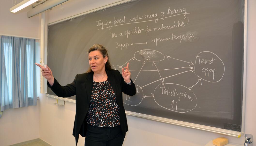 Claire Vaugelade Berg har utviklet et kurs for lærerstudenter der de får drive med forskning samtidig som de er lærere. Det skal gjøre dem mer bevisste på hvordan elever tenker når de jobber med matematikk. (Foto: Jan Arve Olsen, UiA)