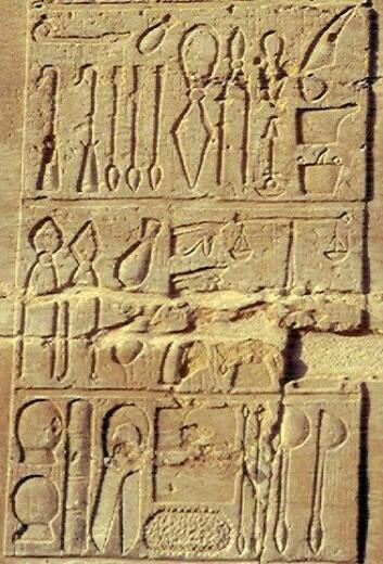 Også de gamle egypterne drev med medisin. Bildene i stein viser medisinske redskaper. (Foto: Jeff Dahl/Wikimedia Commons)