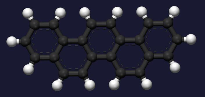Picen består av 22 karbonatomer (mørkegrå) og 14 hydrogenatomer (hvite) i en form som en dobbelt-v. (Foto: (Figur: Ben Mills and Jynto, Wikimedia Commons))