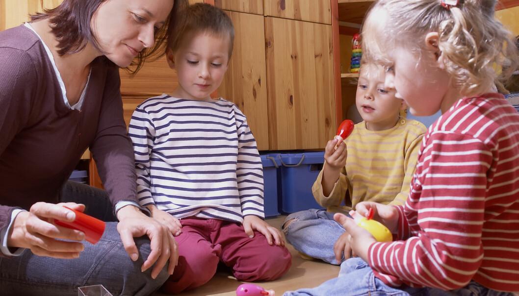 I åpne barnehager er foreldrene sammen med barnet, og det varierer fra dag til dag hvem som møter opp. Man forplikter seg ikke til å betale for en fast plass, selv om det ofte koster noen kroner per gang. (Illustrasjonsfoto: Colourbox)