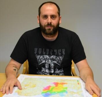 Forsker Georgios Tassis har laget helt nye kart som viser hvor dypt det er ned til fjellet i Orkdal. (Foto: NGU)