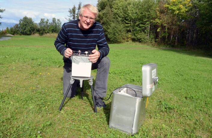 Jomar Gellein har gjennomført tyngdemålingene i Orkdal, med et følsomt gravimeter. (Foto: NGU)