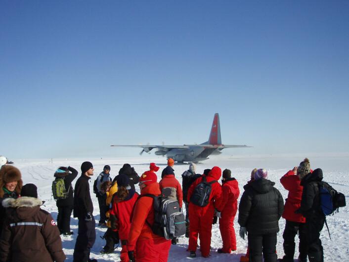 Mannskapsrotasjon i NEEM-leiren på innlandsisen. Gods og mannskap flys inn på isen av amerikanske Herkules-fly utstyrt med ski.  (Foto: Senter for is og klima)