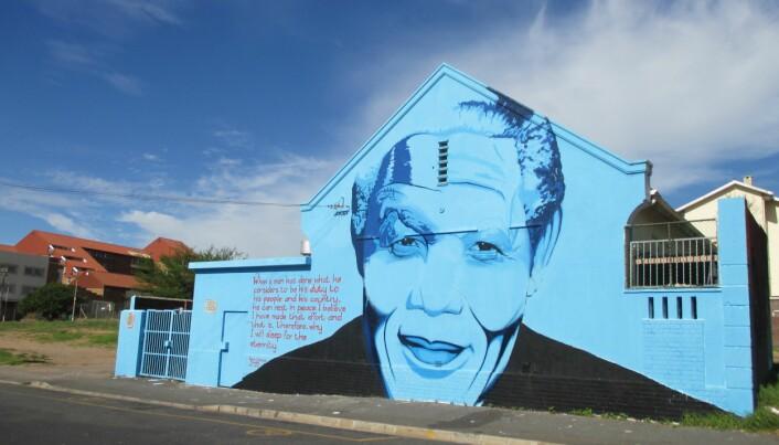 Nelson Mandela på en vegg i Cape Town. Nelson Mandela's ansikt og sitat er ofte brukt i kunstneriske uttrykk og gatekunst i det offentlige rom. (Foto: Oda Eiken Maraire)