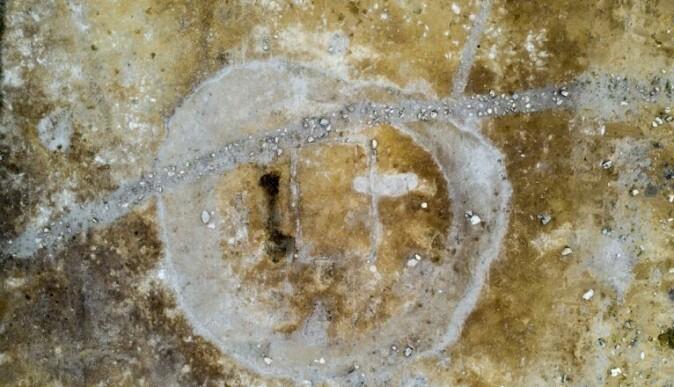 På dette oversiktsbildet kan du tydelig se avtrykket både av huset og grøfta som har vært rundt gravhaugen. Stripen som går på tvers er avtrykk av en moderne grøft. (Foto: Raymond Sauvage, NTNU Vitenskapsmuseet)