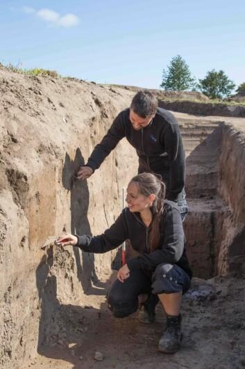 To av arkeologene bak funnet, Jonas Christensen og Nanna Holm. (Foto: Danmarks Borgcenter)