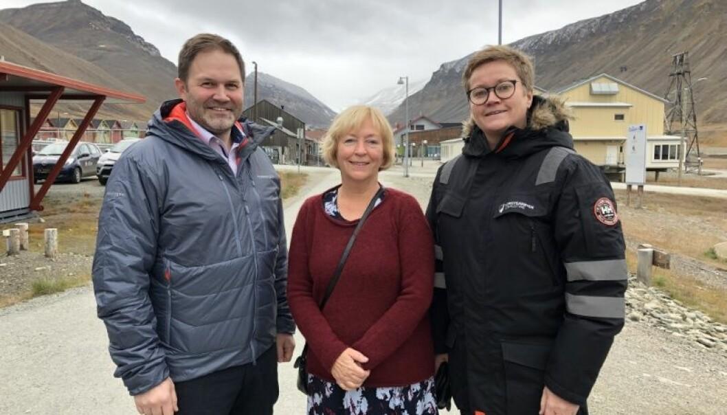 Lokalstyreleder Arild Olsen (t.v.), dekan Sonni Olsen og administrasjonssjef Hege Walør Fagertun gleder seg over den nye avtalen mellom HSL-fakultetet ved UiT og Longyearbyen lokalstyre. (Foto: Karine Nigar Aarskog)