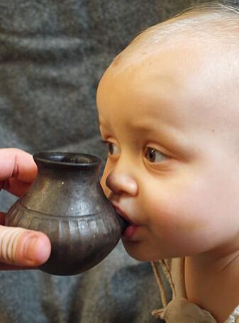 En rekonstruksjon av en eldgammel tutekopp testes på en moderne baby - og ser ut til å fungere. (Foto: Helena Seidl da Fonseca)