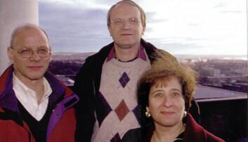 Oslo-algoritmens to fedre og moren: Richard Riesenfeld, Tom Lyche og Elaine Cohen – på Oslos tak for snart 20 år siden. (Foto: Ståle Skogstad)