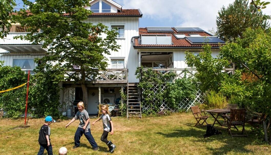 Familien Borch i Moss er en av få husstander som har installert solfangere. De kan dusje i vann varmet opp av sola etter at de har spilt fotball. (Foto: Enova)